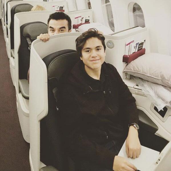 Adrián Uribe y su hijo