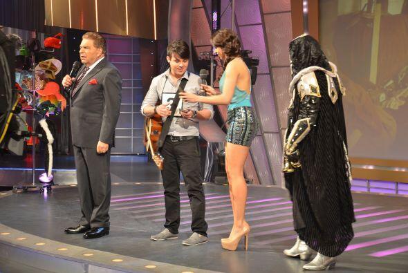 Sin duda, el mejor en hacerlo fue el joven de la guitarra. ¡Que nos dé u...