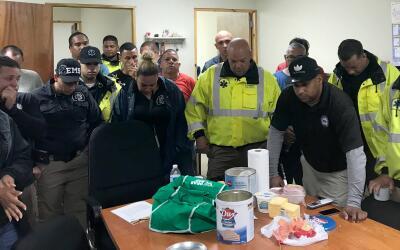 El equipo de manejo de emergencias ora dentro del hospital municipal de...