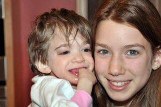 Brooke Greenberg junto a su hermana. (Imagen tomada de Twitter)