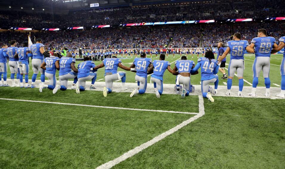 Los Detroit Lions en el Ford Field en señal de protesta contra el...