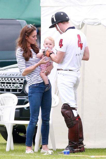 El principito George disfrutó mucho el día de campo con su papá y su mamá.
