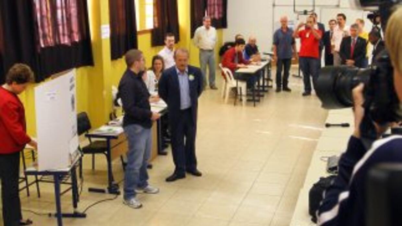 La candidata oficialista Dila Rousseff votó temprano en la mañana en Por...