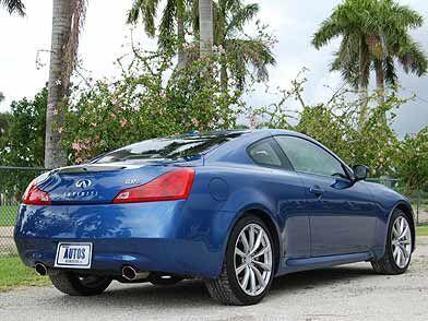 La cola del G37 tiene un diseño aerodinámico que asienta el auto al piso.