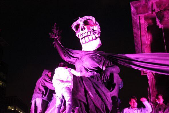 Figuras carnavalescas relacionadas con la muerte desfilaron también por...