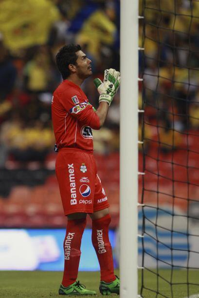 Oswaldo Sanchez reza frente a la portería antes de cada juego.
