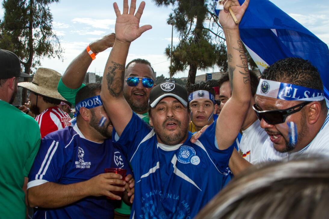 Horas antes del duelo entre México y El Salvador, los aficionados empeza...