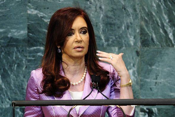 Tras ella aparece Cristina Fernández de Kirchner, presidenta de Argentin...