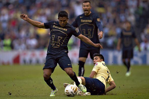 El juego arrancó con un equipo de Pumas reservado al ataque, su principa...