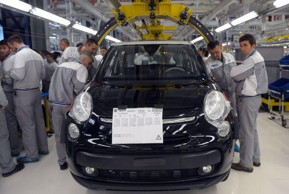 El grupo alemán Volkswagen, que busca convertirse en el primer fabricant...