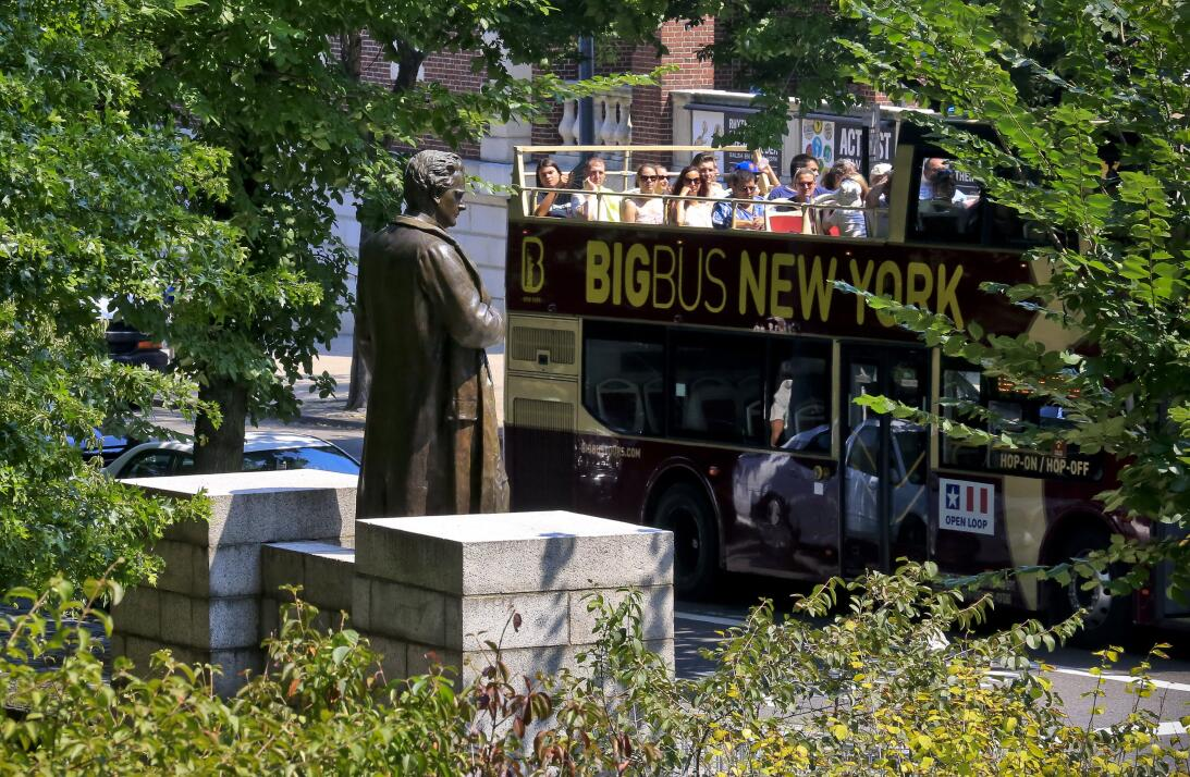 """NUEVA YORK (EEUU). """"El ginecólogo polémico"""". Esta estatua en e..."""