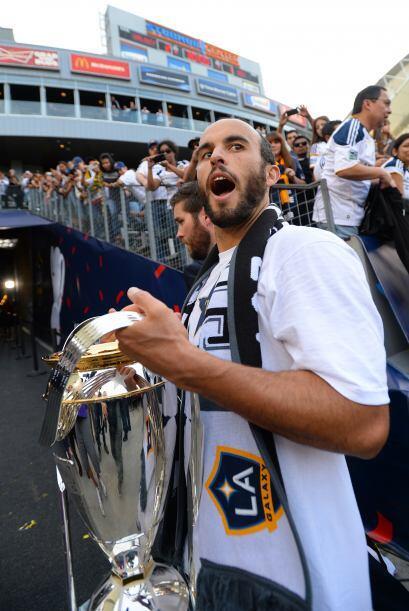 Donnovan presumió el trofeo a los aficionados.