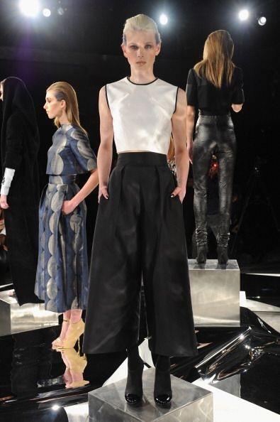 Así como elegantes pantalones amplios tipo falda y sobre el tobil...