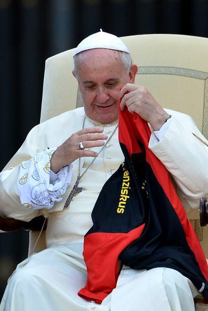 Francisco sostiene una camiseta que le ofreció un grupo de monaguillos a...