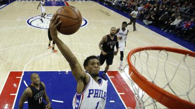 Ish Smith anotó 20 puntos, mientras que Robert Covington colaboró con 19.