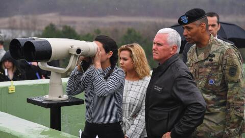 Mike Pence, vicepresidente estadounidense, en la zona desmilitarizada ce...