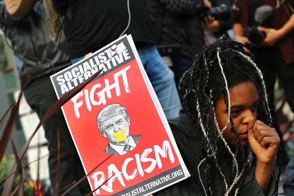 Erica Sluaghadhan, una joven afroamericana de Seattle, Washington, exige...