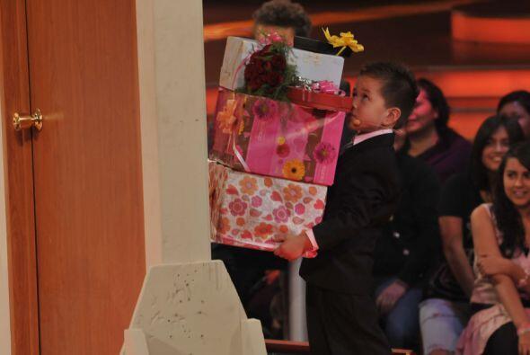 El pobre de Arturo apenas podía cargar los regalos que le llevó a la abu...