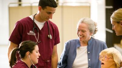 Estudiantes de enfermería de ASU practican con un maniquí