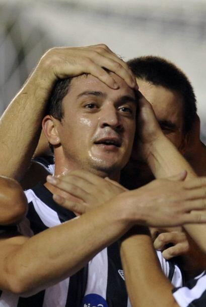 Omar Pouso del Libertad festeja su gol, el quinto de la serie frente al...