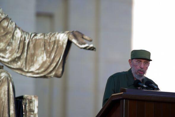 Vestido con traje y gorra verde olivo, Castro lanzó un mensaje di...
