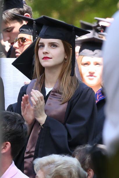 Muy atenta a la ceremonia y aplaudiendo cuando llamaban a sus compañeros...