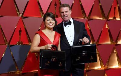 Martha Ruiz y Brian Cullinan estaban encargados de entregar los sobres c...