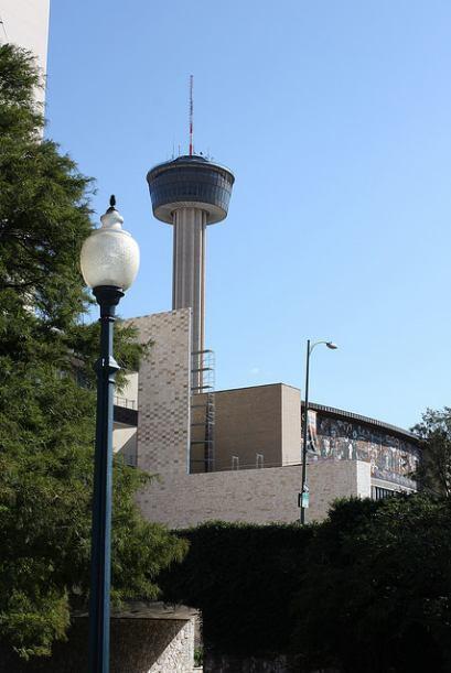 No dejes de visitar la Torre de las Américas, desde donde puedes contemp...
