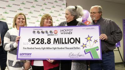 John y Lisa Robinson reciben el cheque por los 528.8 millones de d&oacut...