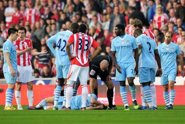 El español David Silva asustó a todos cuando recibió una dura falta y ta...