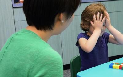 La investigadora Jinjing Wang con una niña de 5 años en el...