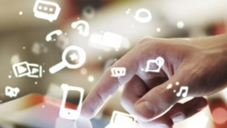 Usa las redes sociales para estar en contacto con familiares y amigos, y...