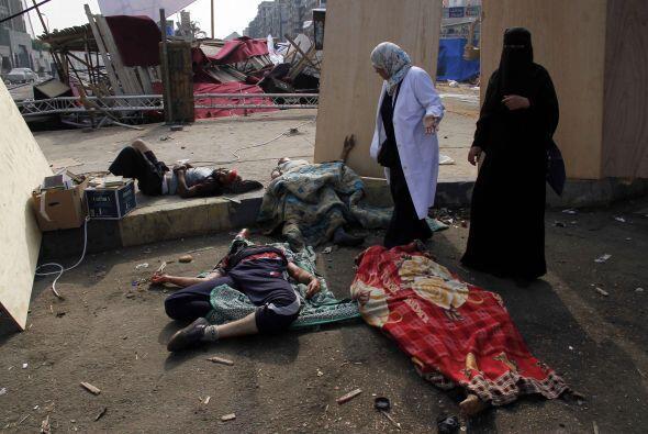 El otro en la plaza Nahda, cerca de la universidad de El Cairo, ambos en...