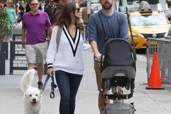 Jason Sudeikis es un padre muy atento con su casi recién nacido O...