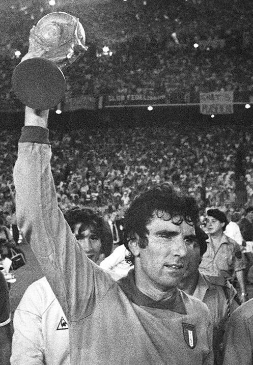 El portero italiano Dino Zoff es recordado como uno de los mejores de la...
