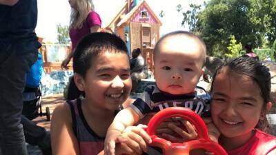 Kelvin Hodges (11 años), Lucas Hodges (7 meses) y Julie Hodges (9 años)....