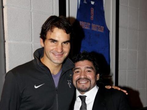 El tenista suizo Roger Federer y el argentino Diego Maradona se encontra...