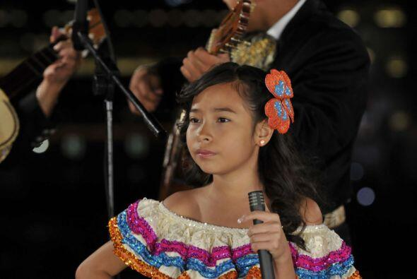 Mientras que Magaby lució un vestido típico mexicano, como...