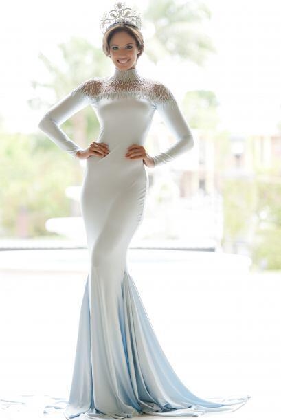 Nos mostró uno con un exquisito y elegante vestido en color plata...