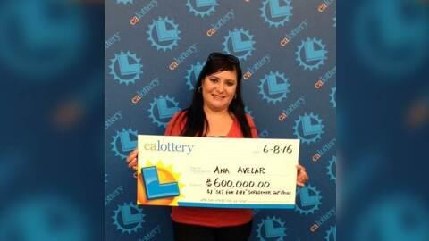 Ana Avelar posa con su cheque de 600,000 dólares por ganar la lot...