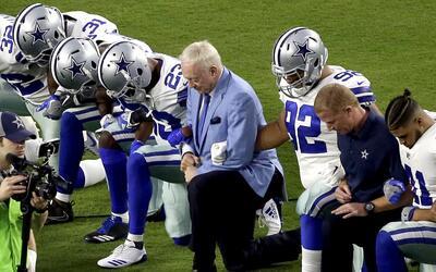 Los Cowboys de Dallas, liderados por el propietario del equipo Jerry Jon...