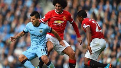 Fellaini y Agüero durante el derby de Manchester.