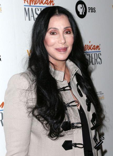 La cara de Cher no cambia y esos enormes pómulos siempre resaltan y le d...