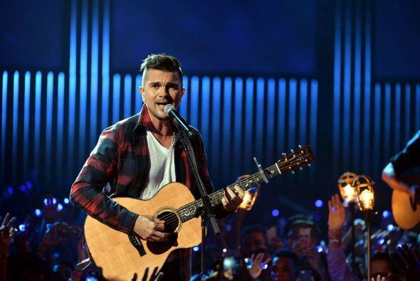 """El cantante sorprendió al público con el sencillo """"Una flor""""."""