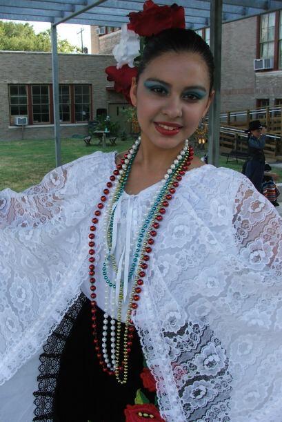A ella le gusta estar con sus amigos y aprender de la cultura mexicana,...