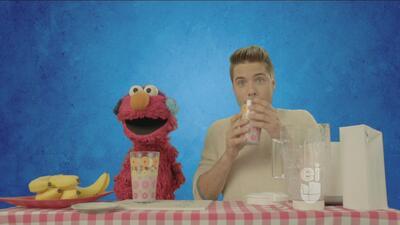Elmo y William Valdéz te enseñan a hacer un delicioso batido de plátano...