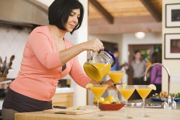 Ahora coloca el pisco, jugo de naranja y suavemente la granadina en part...