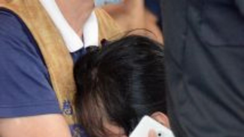 Una pariente de una de las víctimas del vuelo de TransAsia realiza una l...