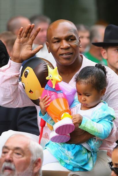 'Iron Mike' Tyson, durante el desfile con su hija Milan, en una imagen m...