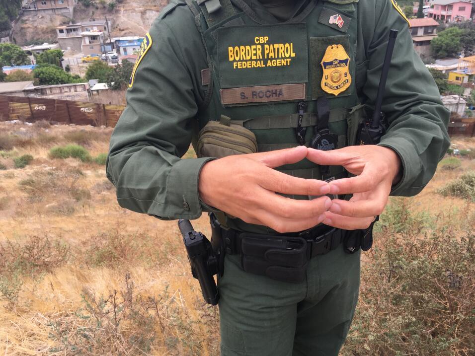 El agente fronterizo Saúl Rocha habla sobre las medidas de seguri...